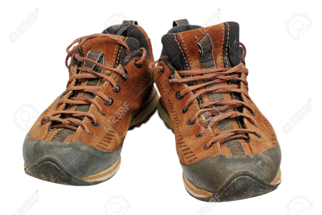 Sales chaussures en cuir de randonnée après l'entrée des montagnes