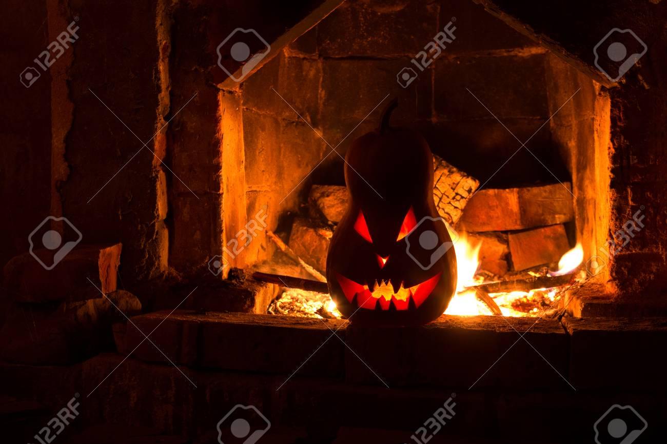 Zucche Di Halloween Terrificanti.Camino Terrificante Della Zucca Di Halloween Con Fuoco Isolato Nell Oscurita Arancione