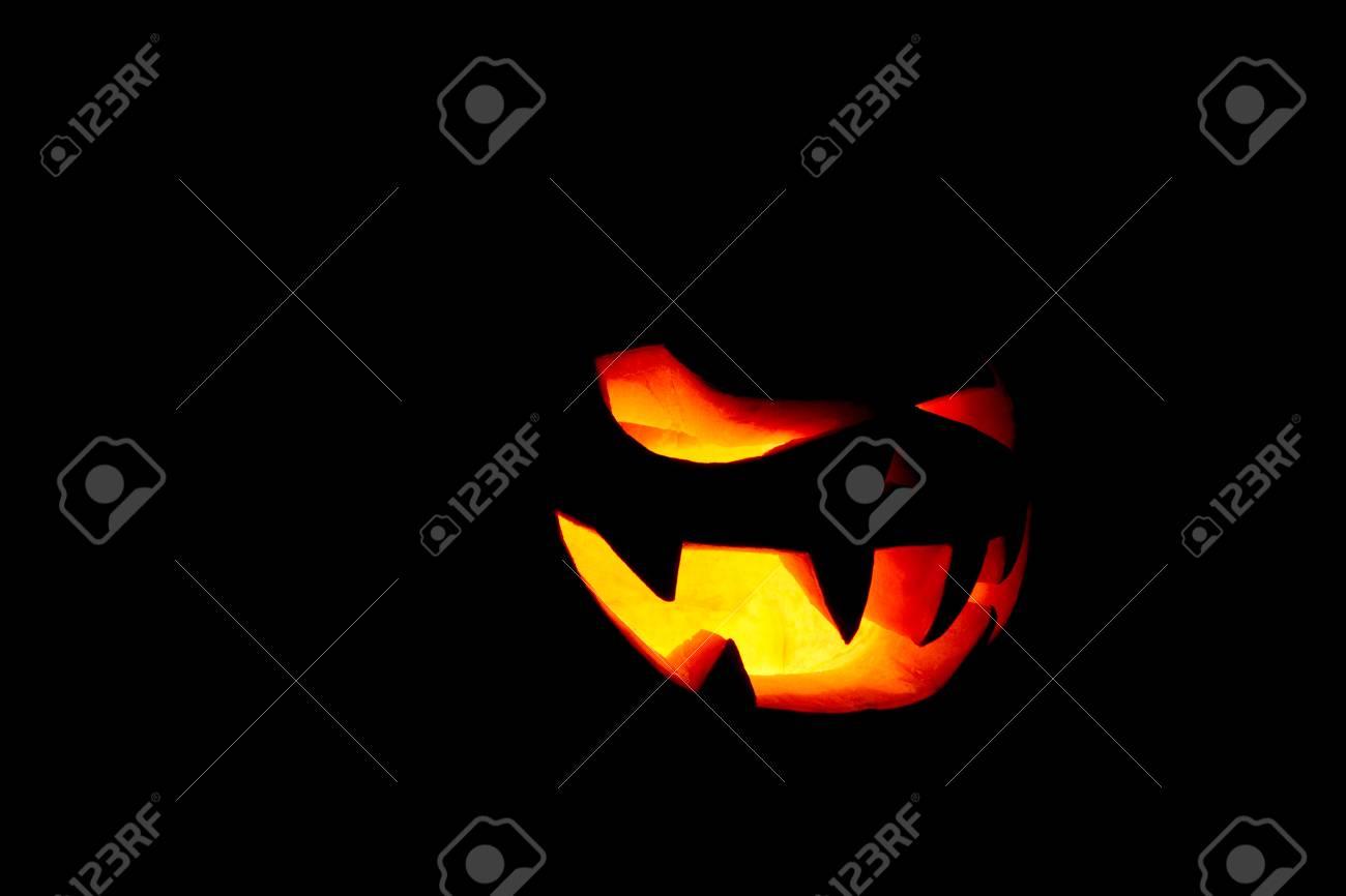 Halloween Verlichting.Heel Eng Halloween Pompoen Geisoleerd Op Een Zwarte Achtergrond Met Verlichting Van Binnenuit