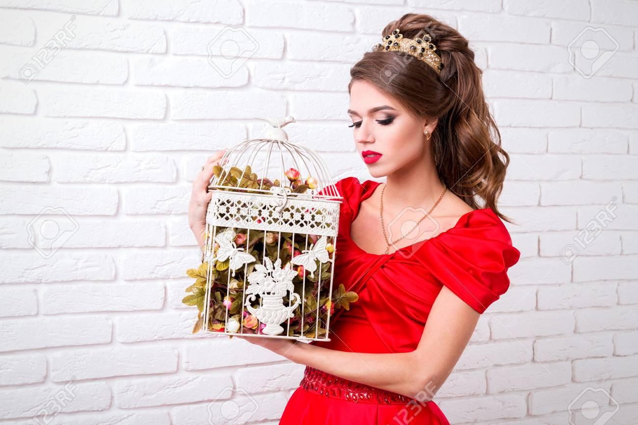 Schönes Elegantes Mädchen In Einem Langen Roten Kleid Und In Den