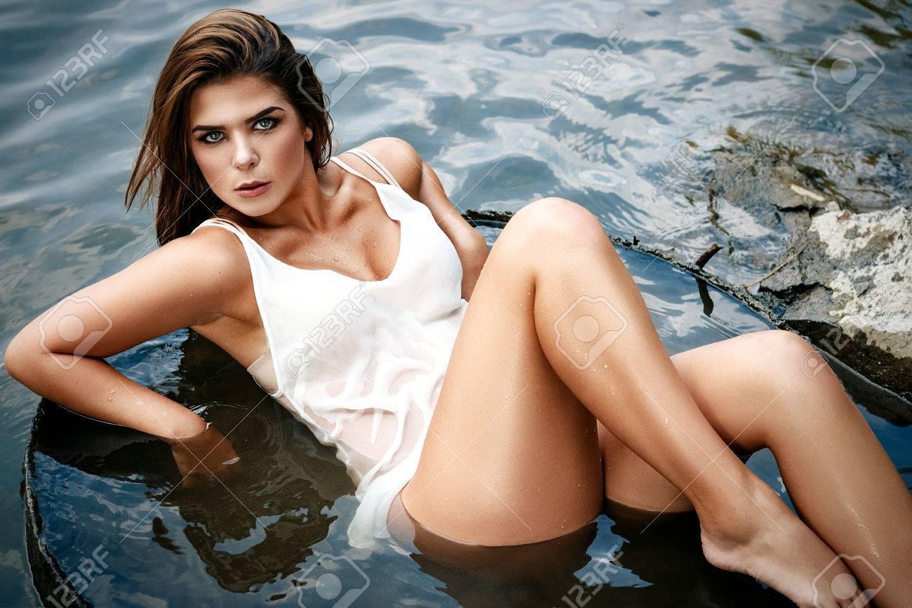 Apasionada Chica Sexy Vestida Con Un Baño De Desnudo Ligero Se Sienta En El Río Mojado Y Muy Hermoso