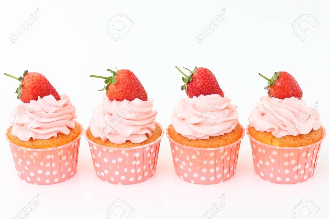 Kostliche Vanille Erdbeer Kuchen Mit Zuckerguss Und Frische