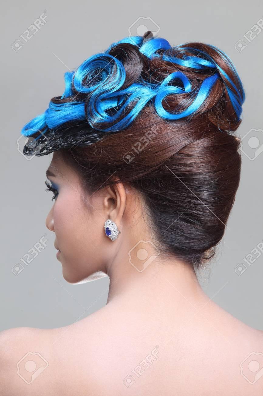 Lgante Brune De La Mode Femme Thailandaise Posant Avec Chignon Cheveux Style Creatif Banque D Images Et Photos Libres De Droits Image 31461554
