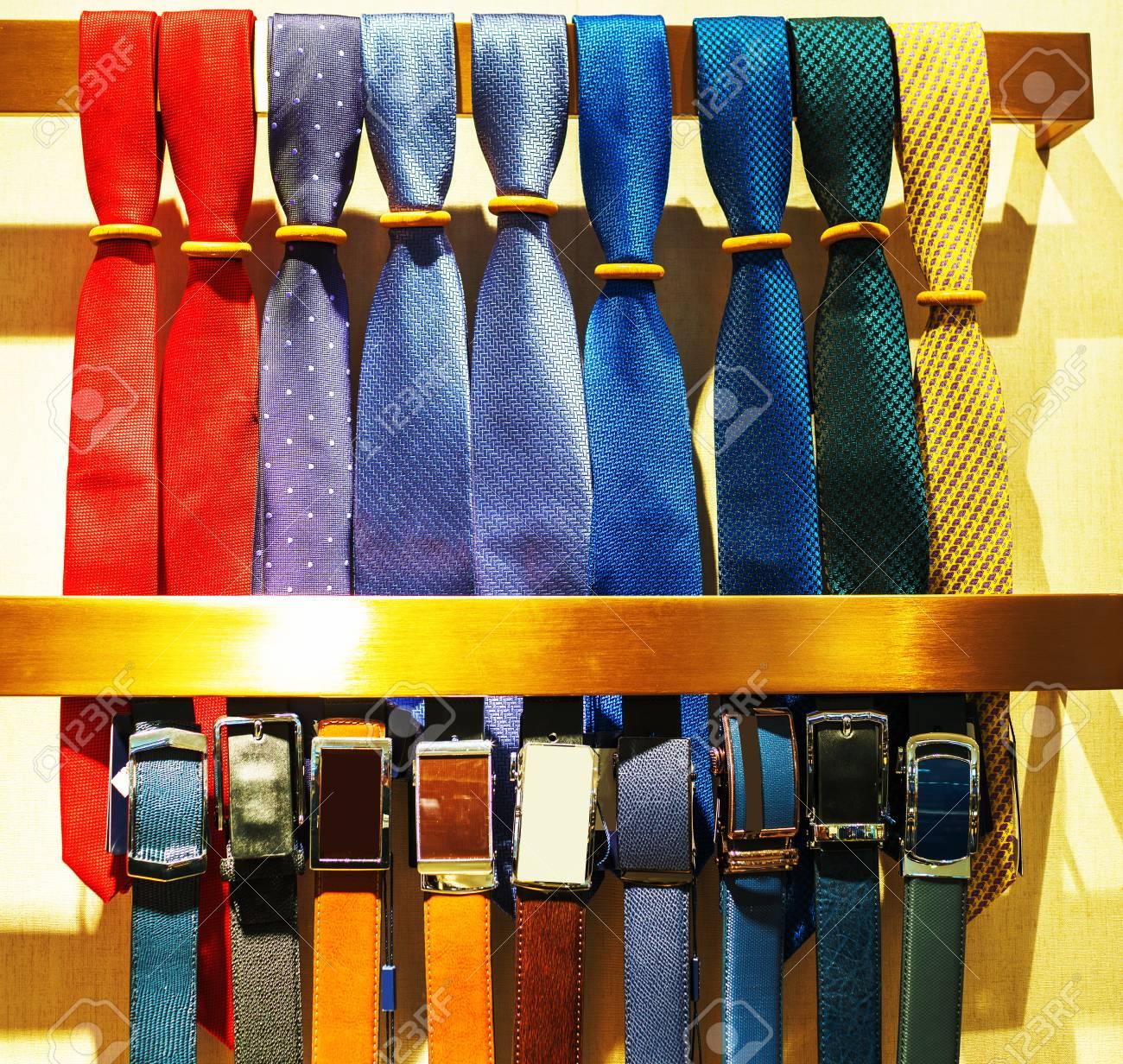 rebajas outlet venta caliente valor por dinero Escaparate de corbatas en la tienda. Colección de corbatas en espiral en la  pantalla y una corbata plana encima de otras