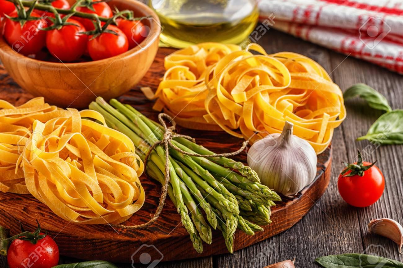 Produkte Für Das Kochen Frischer Spargel Teigwaren Tomaten