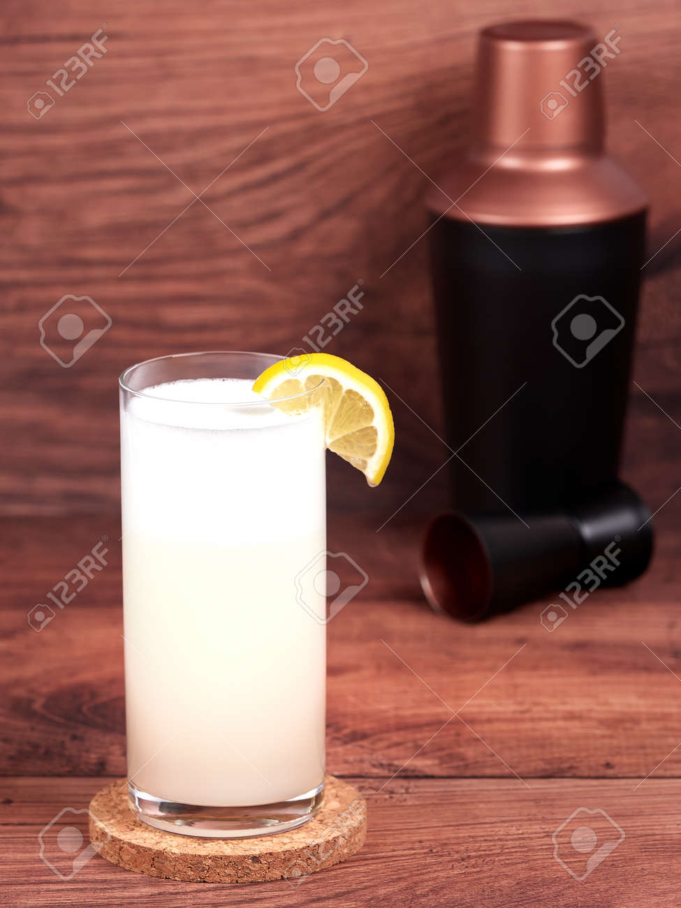 Gin fizz: a cocktail made with gin, lemon juice, simple syrup, egg white and soda water - 157025453