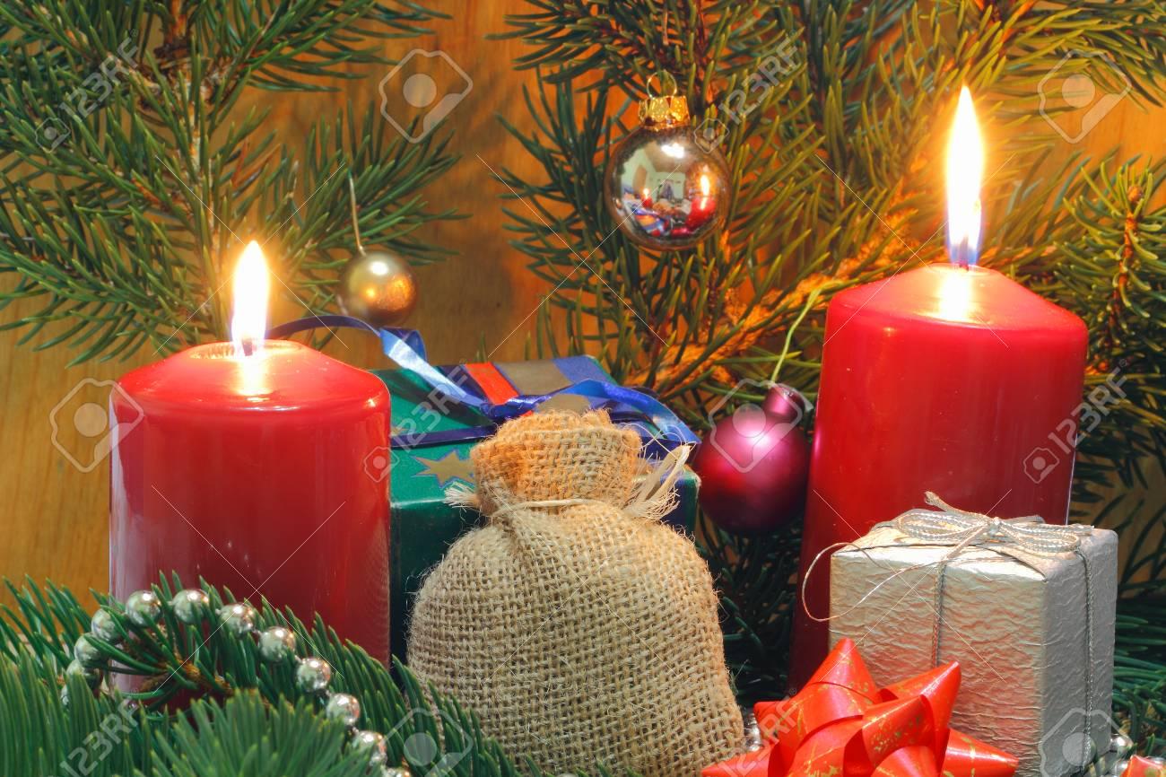 Decoration De Paquets Cadeaux bougies de l'avent avec paquet cadeau vert sapin et décoration de noël