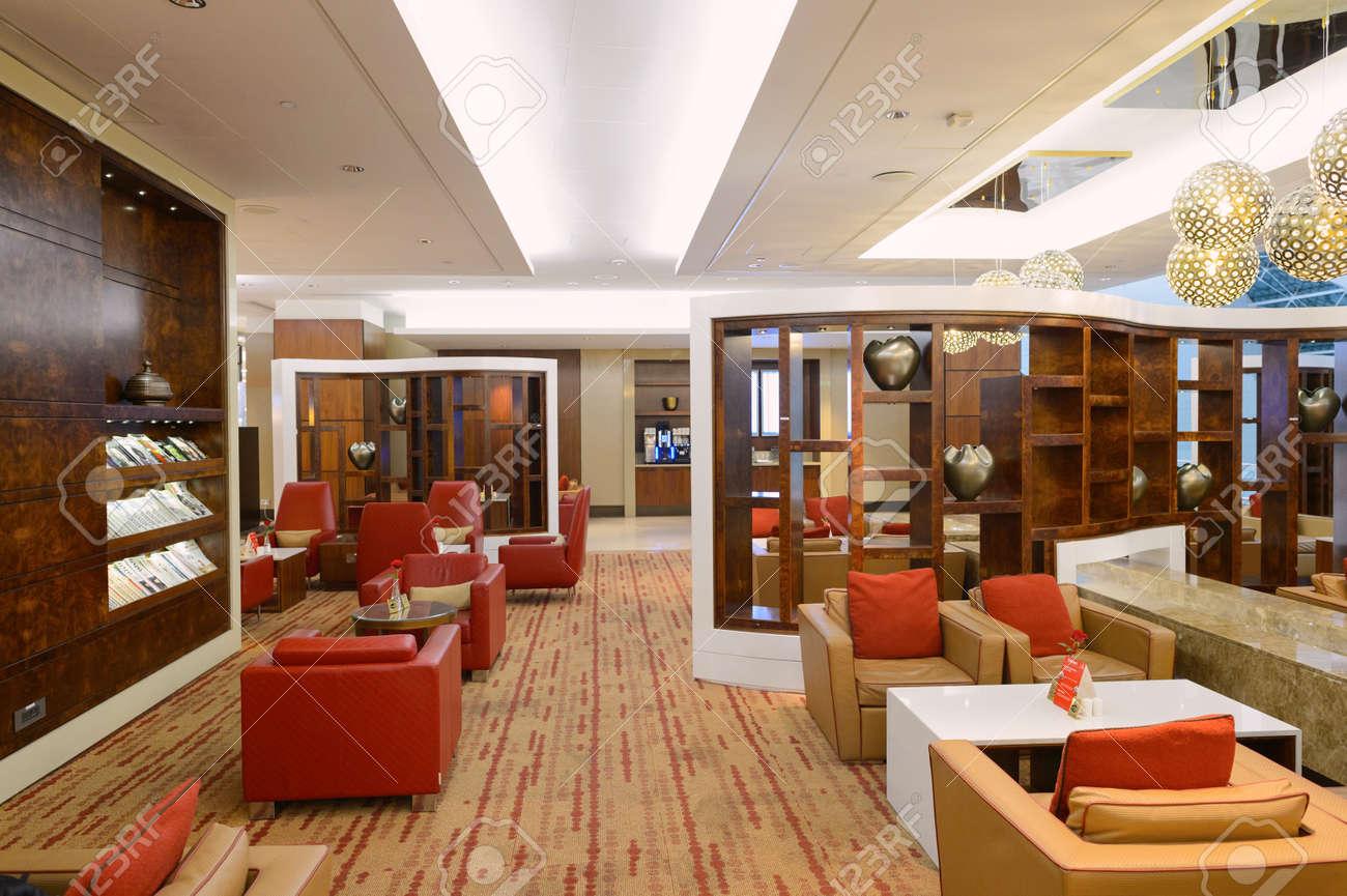 DUBAI - 8. September 2015: Emirates Business Class Lounge Interieur ...