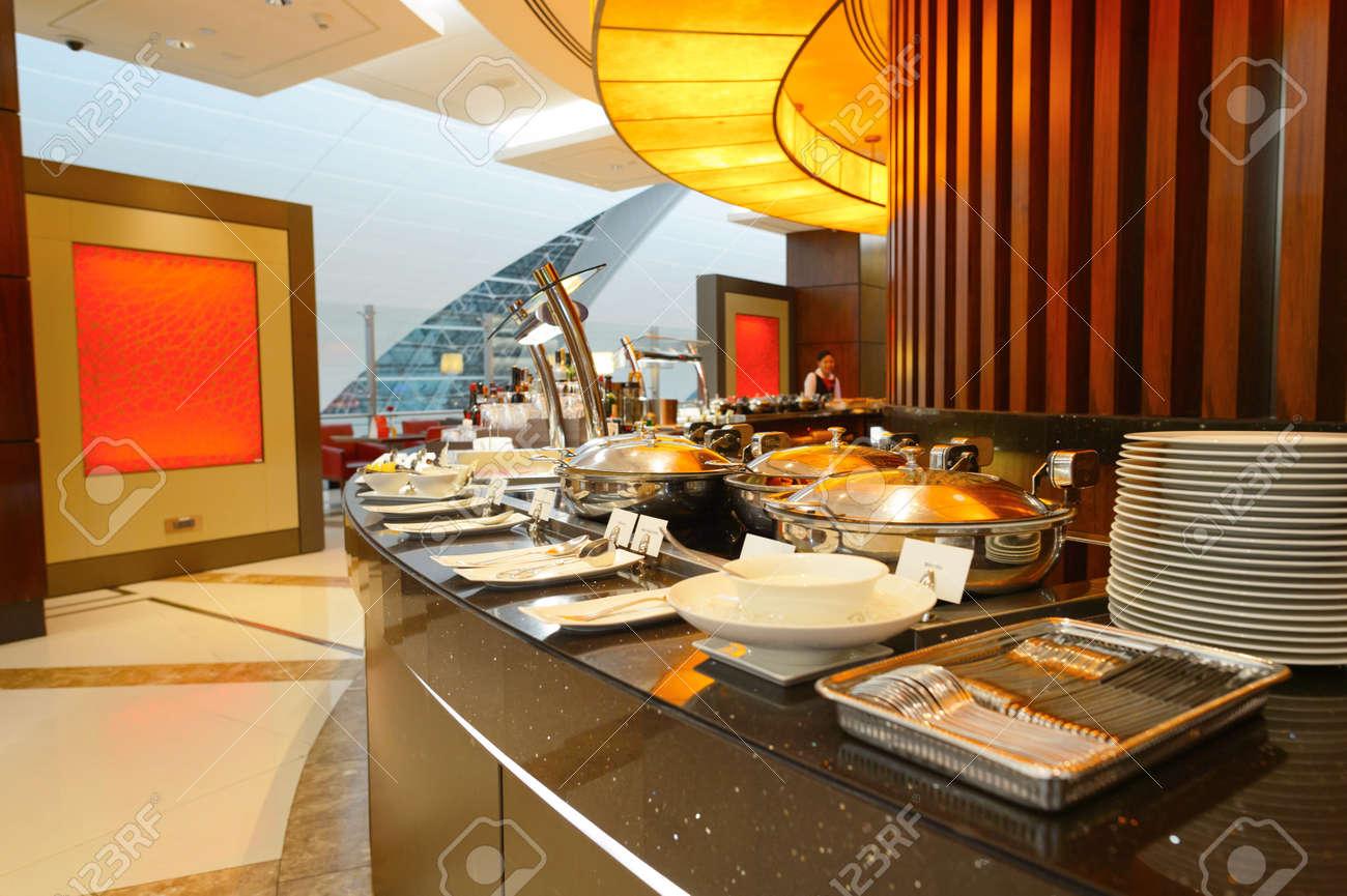 https://previews.123rf.com/images/tea/tea1601/tea160101119/51052113-dubai-8-september-2015-emirates-business-class-lounge-interieur-emirates-ist-die-gr%C3%B6%C3%9Fte-fluggesellschaf.jpg