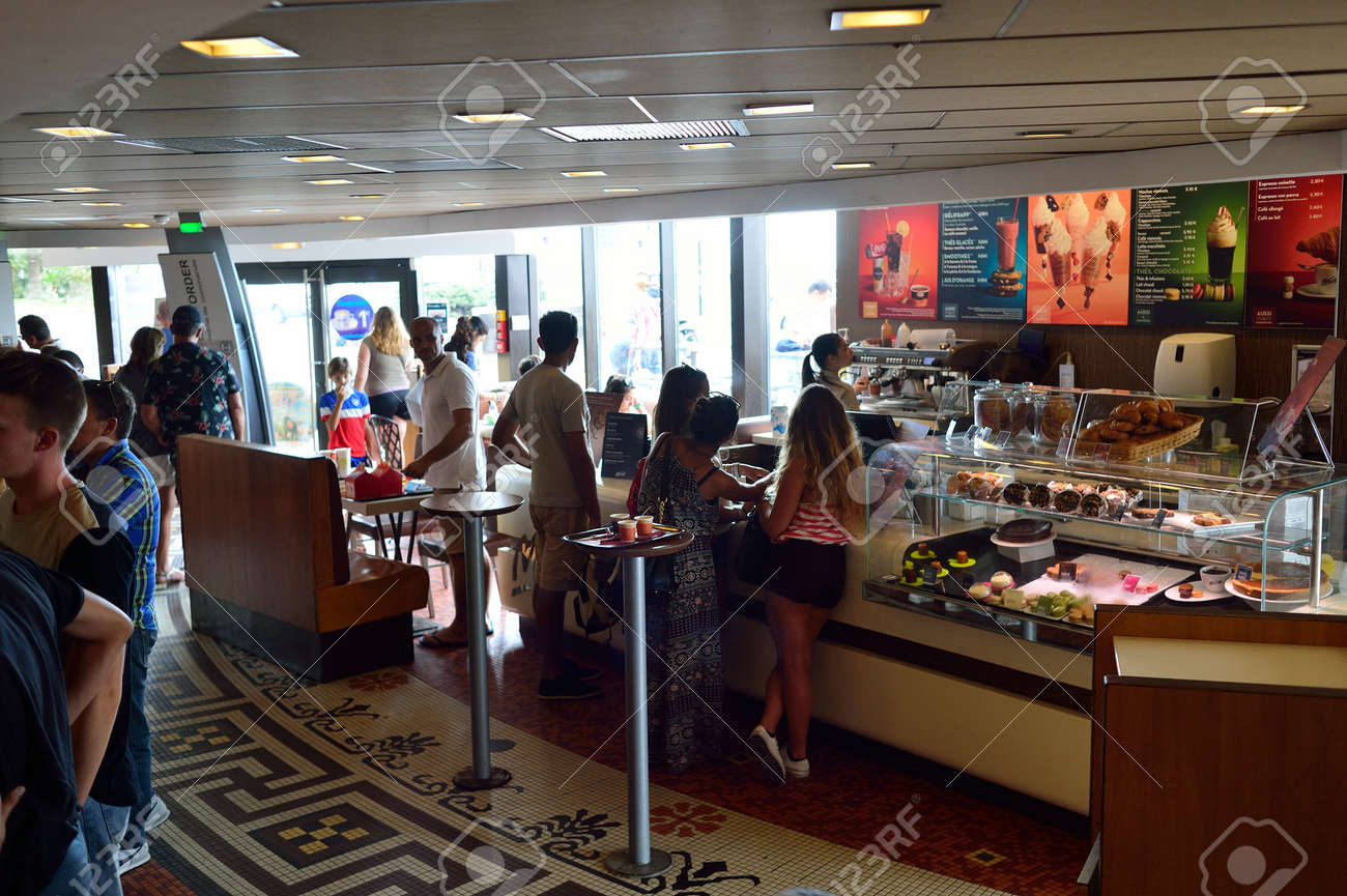 NICE, FRANKREICH - 15. August 2015: McDonald \'s Restaurant Interieur ...