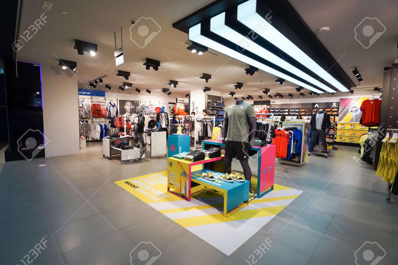 0fc9fd7cc5 Banque d'images - SINGAPOUR - 8 novembre 2015: intérieur du magasin Adidas.  Adidas AG est une société multinationale allemande qui conçoit et fabrique  des ...