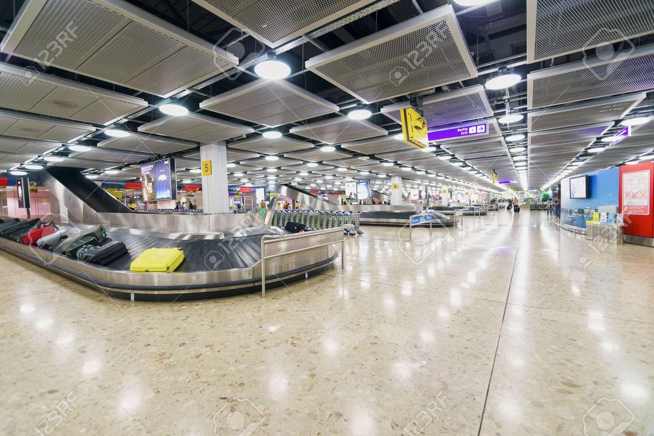 ジュネーブ, スイス - 2014 年 9 月 15 日: ジュネーブ空港の手荷物引 ...