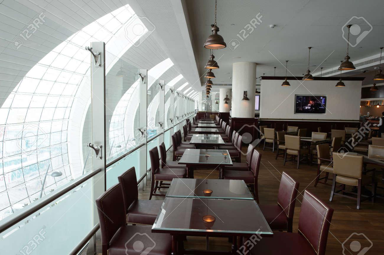 https://previews.123rf.com/images/tea/tea1604/tea160402480/55556040-dubai-vereinigte-arabische-emirate-10-m%C3%A4rz-2015-dxb-flughafen-interieur-dubai-international-airport-is.jpg