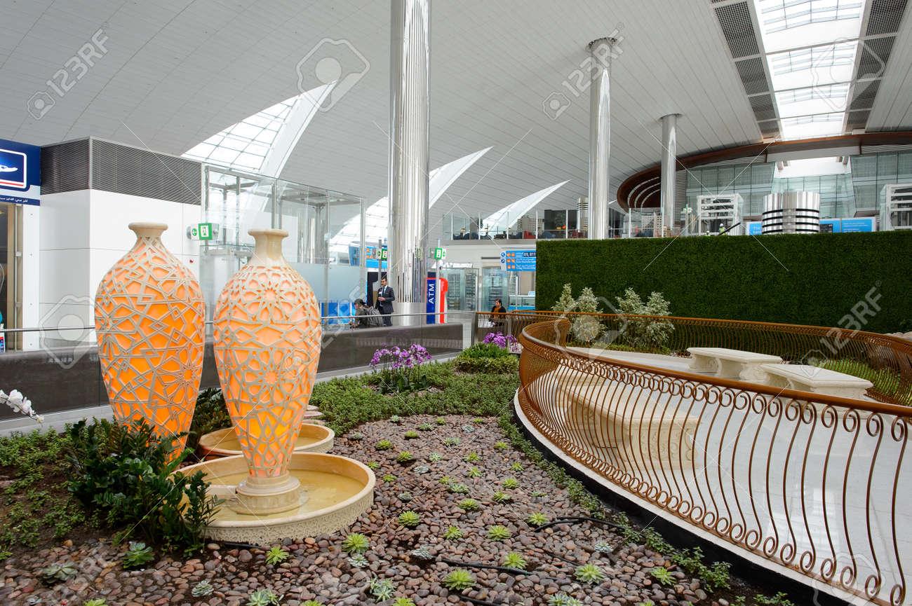 DUBAI, Vereinigte Arabische Emirate - 10. März, 2015: DXB Flughafen ...