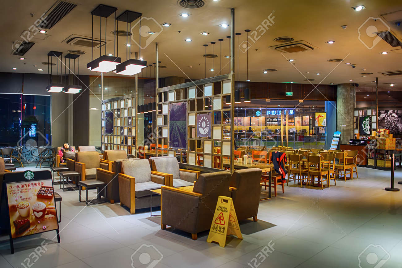 https://previews.123rf.com/images/tea/tea1604/tea160402876/55554845-shenzhen-china-january-31-2015-starbucks-cafe-interior-at-night-starbucks-corporation-is-an-american.jpg