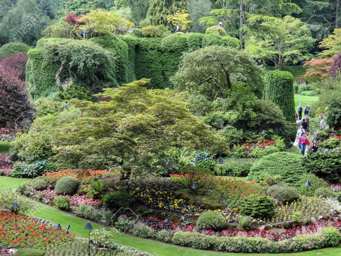 Schöner Garten Standard Bild   49054041