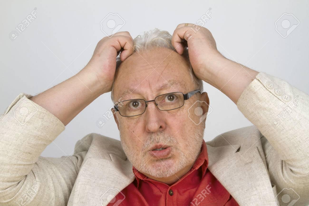 Anziano dai capelli bianchi con gli occhiali che strappano i capelli - su  priorità bassa luminosa d576ff7c69c4