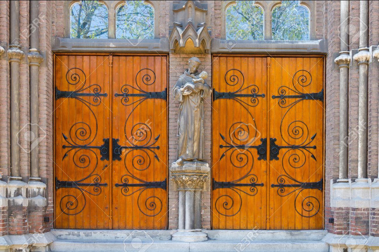 puertas antiguas de madera iglesia foto de archivo