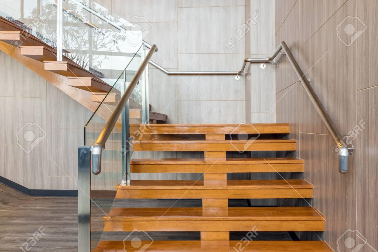 Escaliers modernes dans le nouveau bâtiment de bureaux