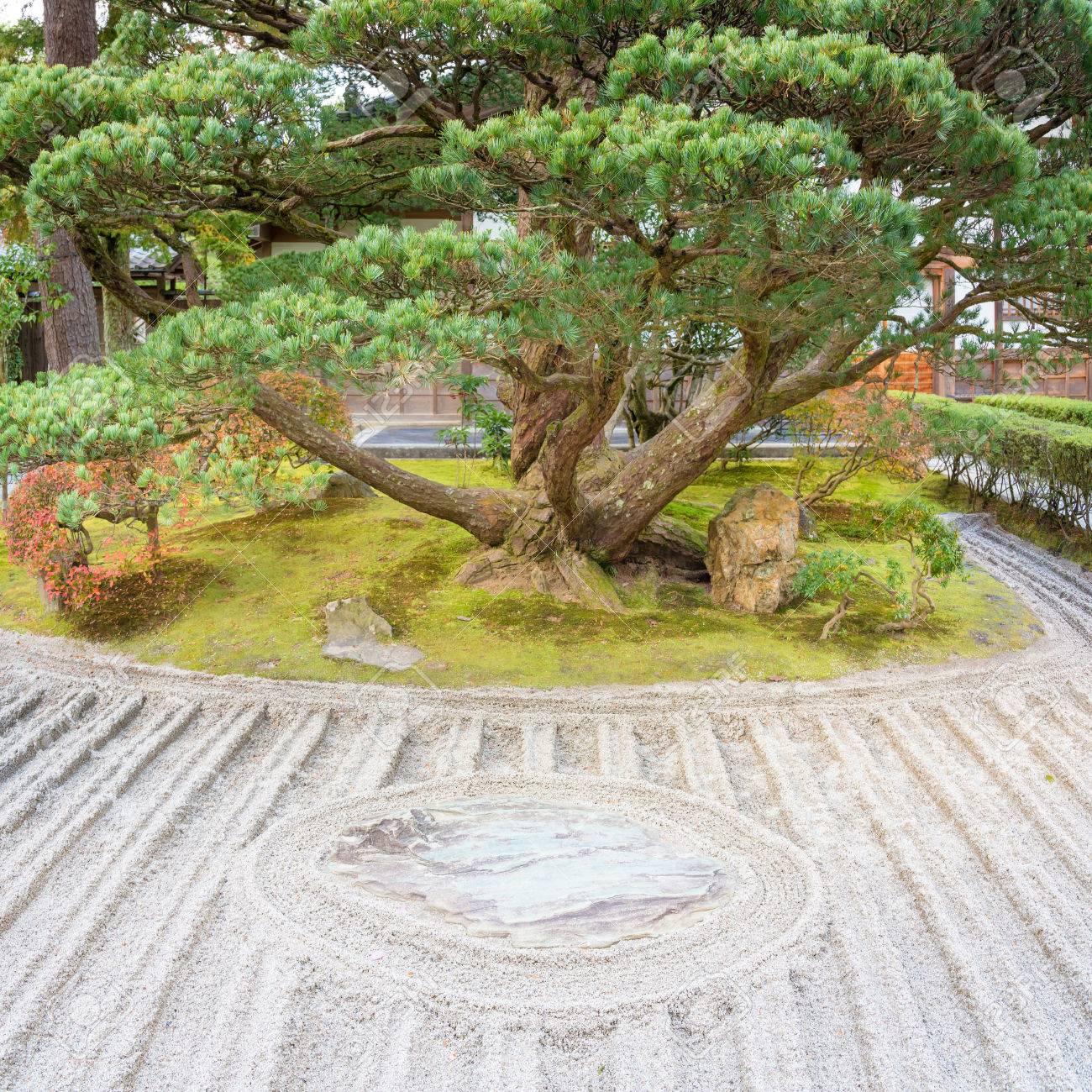 Japanischer Zen Garten Meditation Stein In Linien Sand Fur