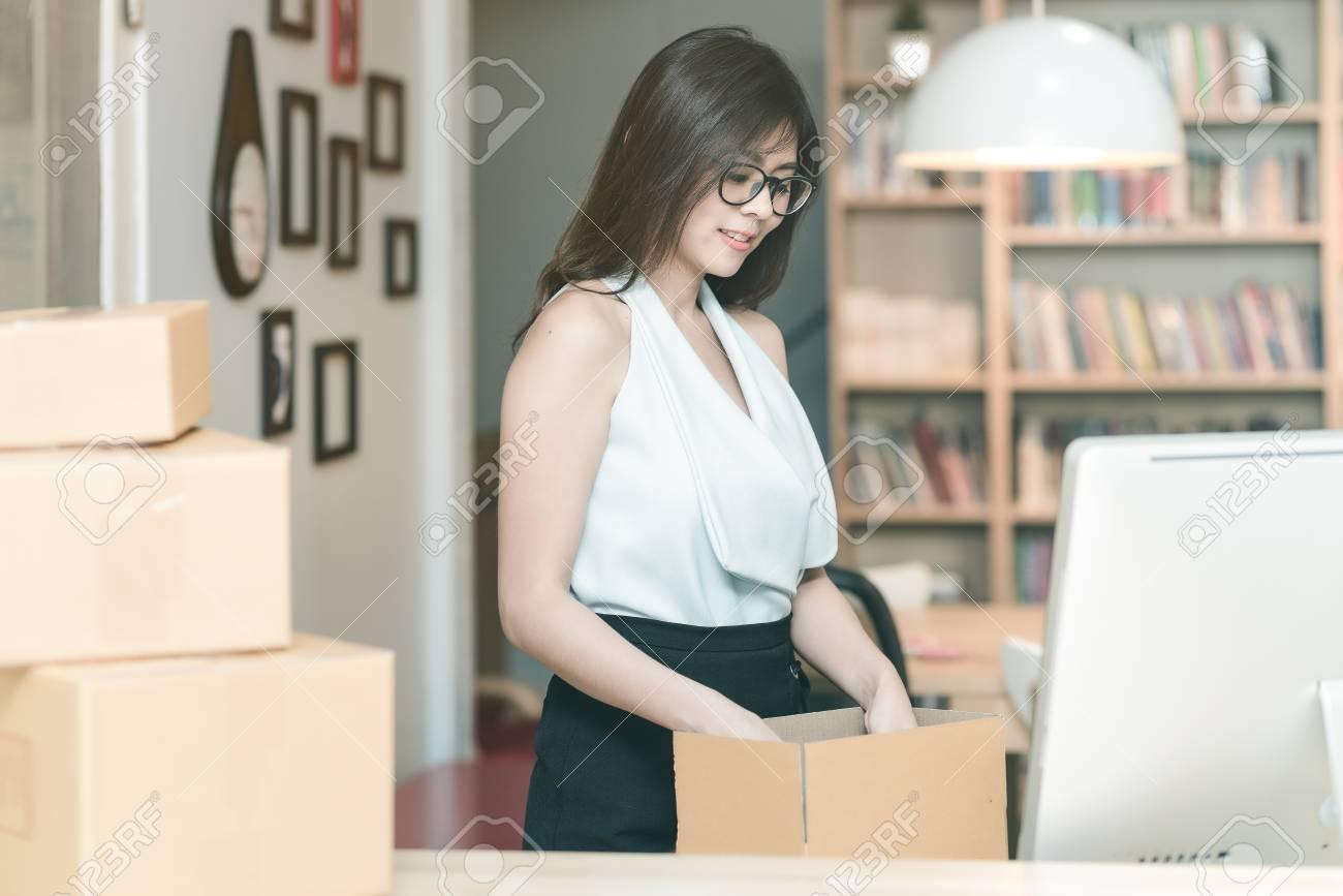 Jeune entrepreneur emballant le produit dans la boîte pour ses