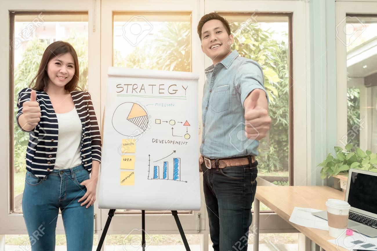 Jeune entrepreneur asiatique présent concept de stratégie d