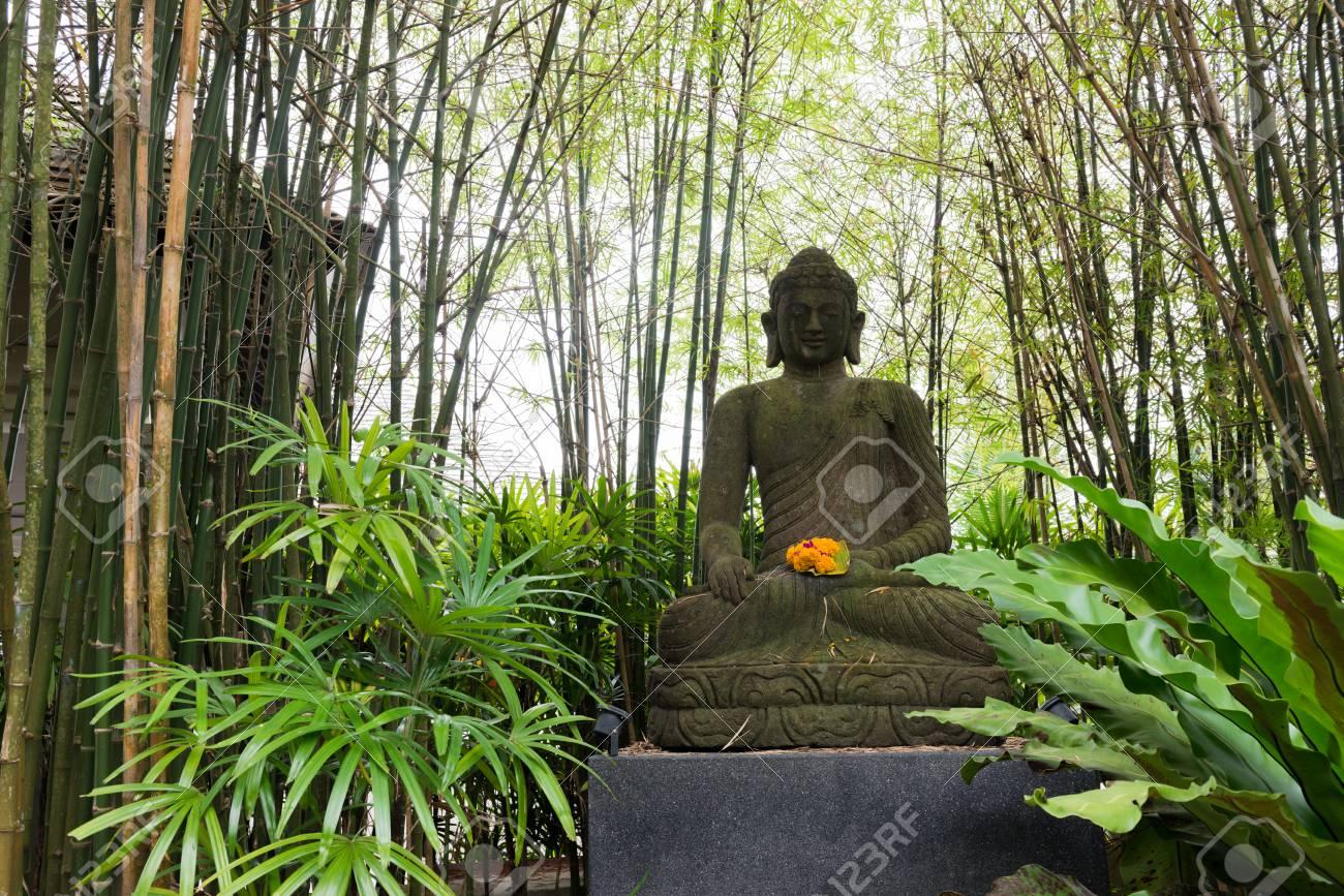 Buddha Im Bambuswald Und Gruner Garten Lizenzfreie Fotos Bilder Und