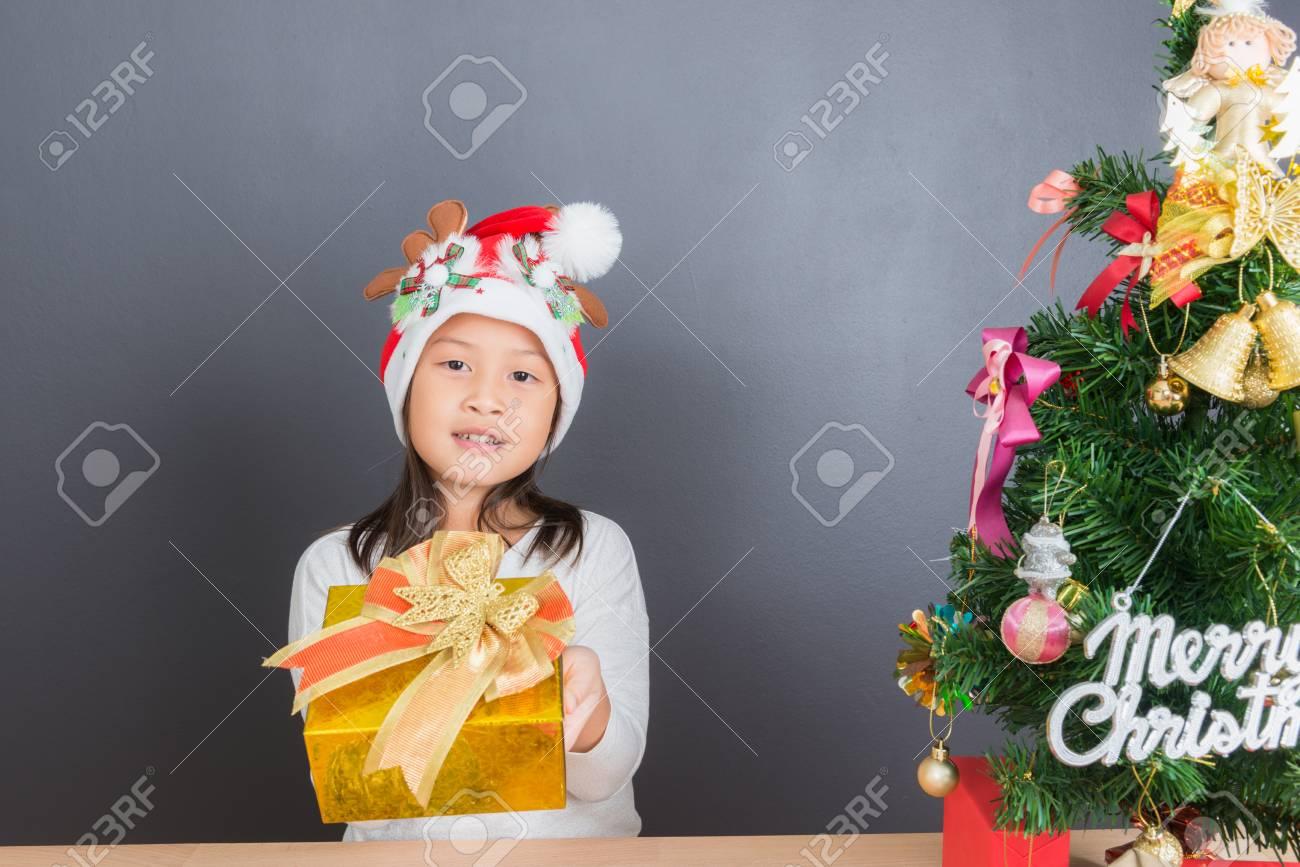 Regali Di Natale Ragazza.Immagini Stock Eta Asiatica Della Ragazza Del Bambino Tailandese