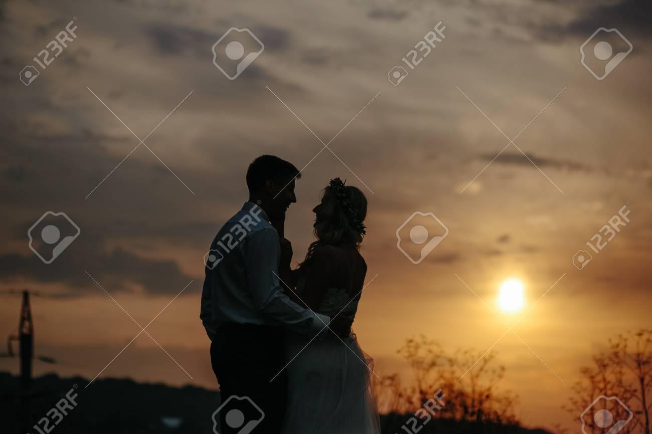 Schattenbild Von Hochzeitspaaren Auf Dem Gebiet Braut Und Brautigam