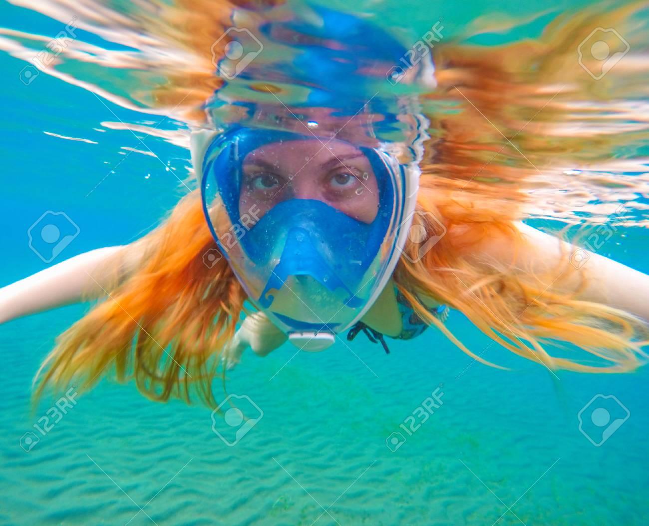 67861dcbb Snorkel En Máscara De Cara Completa. Sirena Nadadora. Hermosa Chica En El  Agua. Foto Bajo El Agua Rodada En El Océano. Actividad De Vacaciones  Tropicales O ...