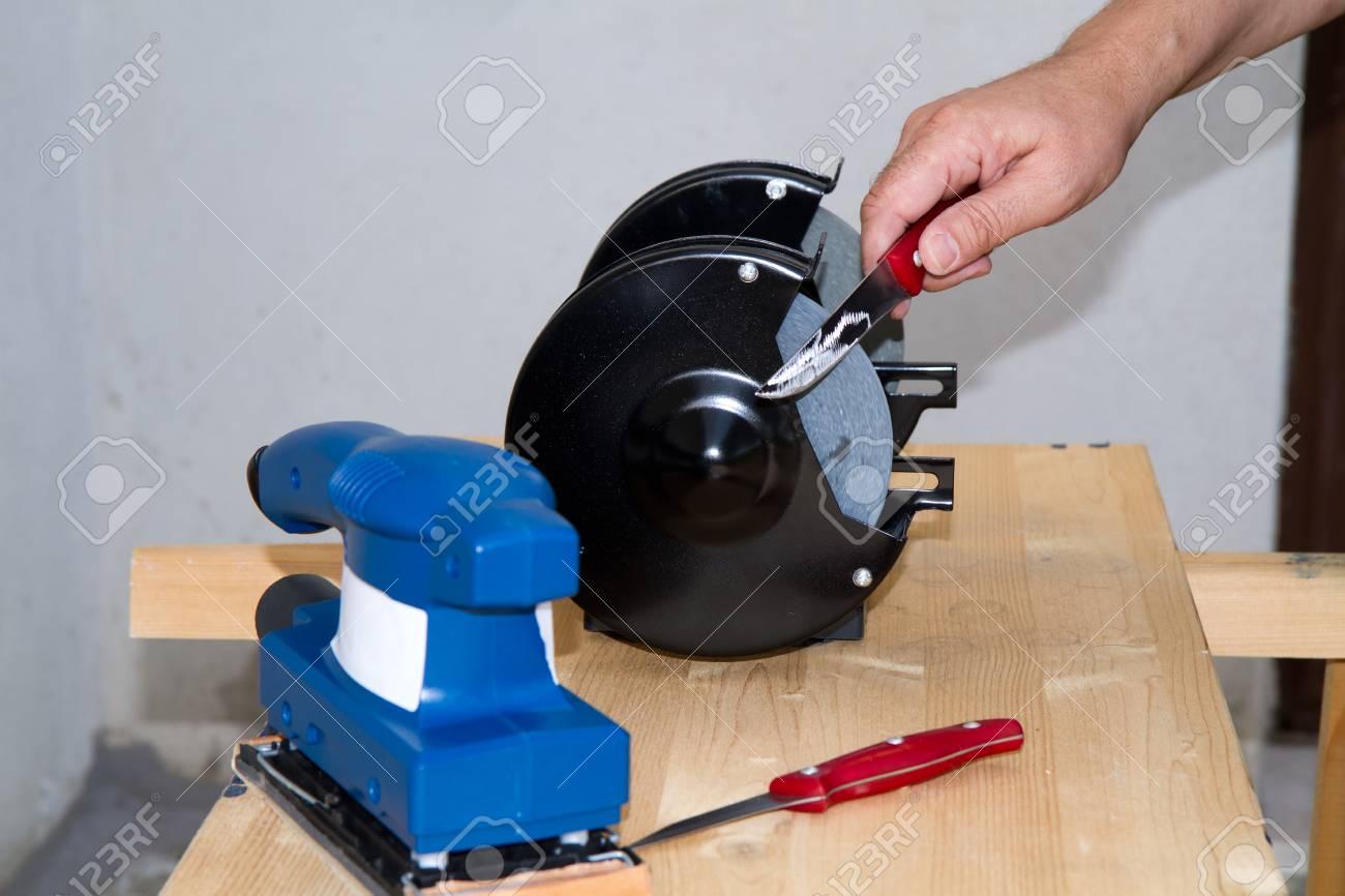 Schärfen Ein Küchenmesser Mit Einer Maschine Lizenzfreie Fotos ...