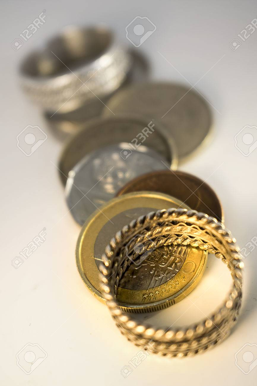 Ehe Für Geld Zwei Ringe Und Münzen Die Die Menschen Symbolisieren