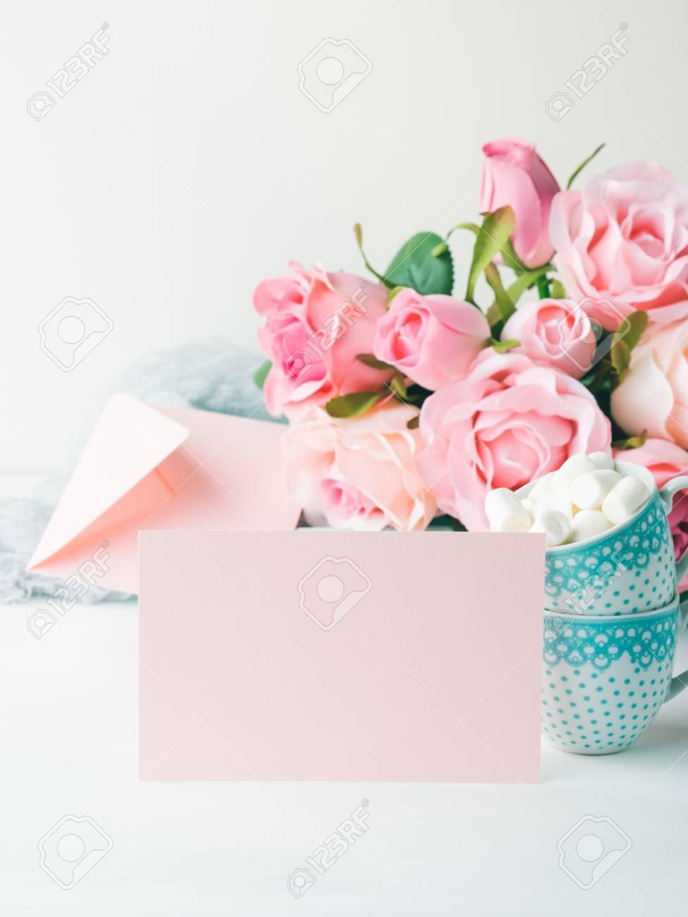 Tarjeta De Papel Rosa En Blanco Para San Valentín O Madre Día De La Mujer Invitación Romántica De La Fecha Del Cumpleaños Del Bebé