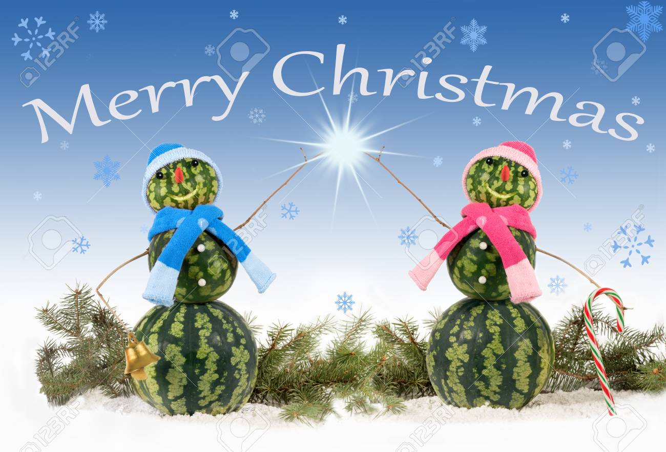 Card with two watermelon Snowman on blue and falling snowflakes. Standard-Bild - 91247792