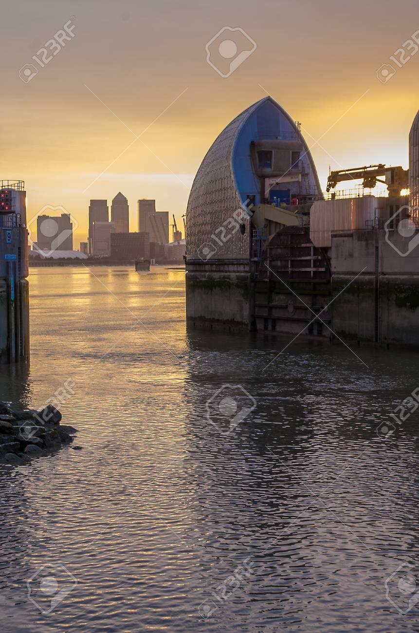 Banque Du0027images   Londres, Royaume Uni De Juillet 2014: Barrière Anti  Inondation De Londres Sur La Tamise Et Canary Wharf