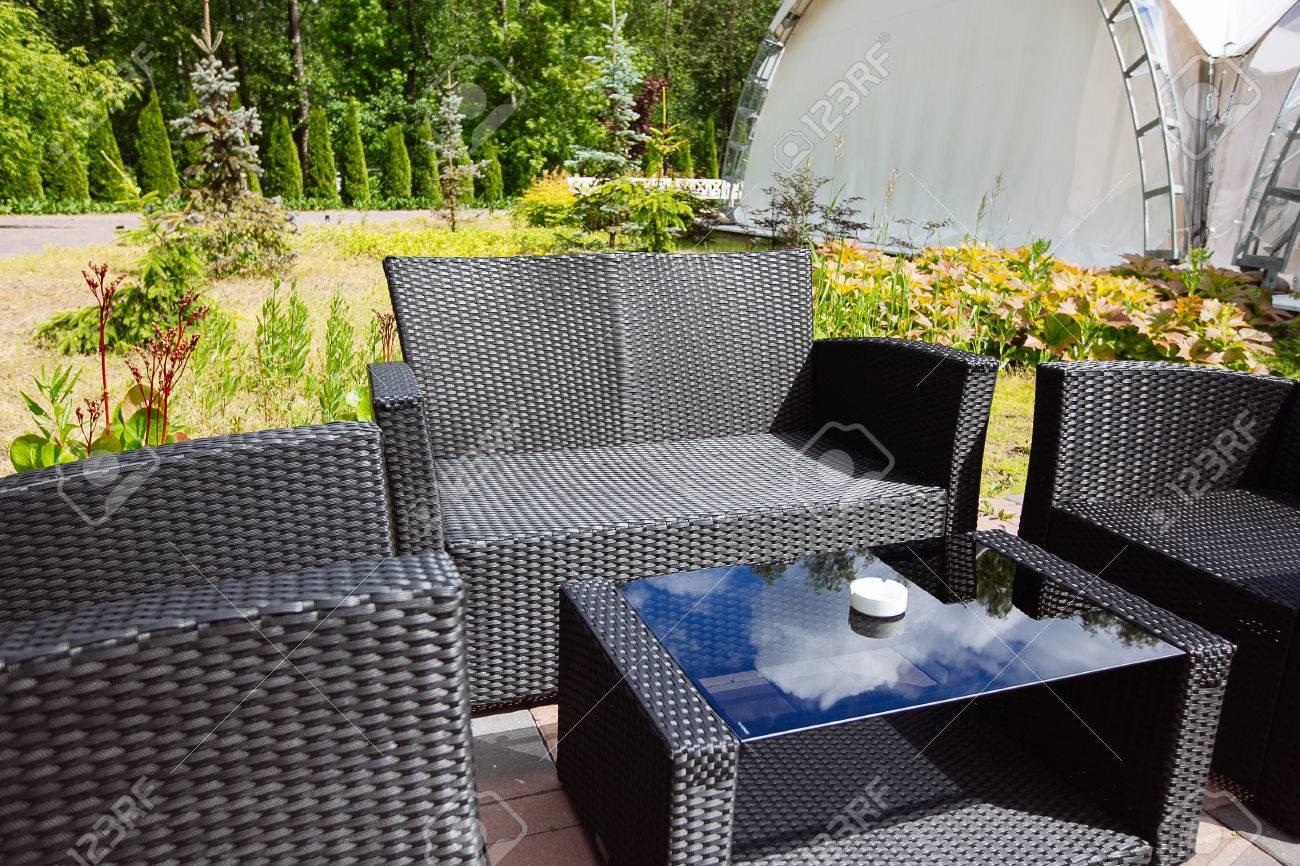 Coin Salon Extérieur En Osier Noir Dans Le Jardin. Jour D\'été Banque ...