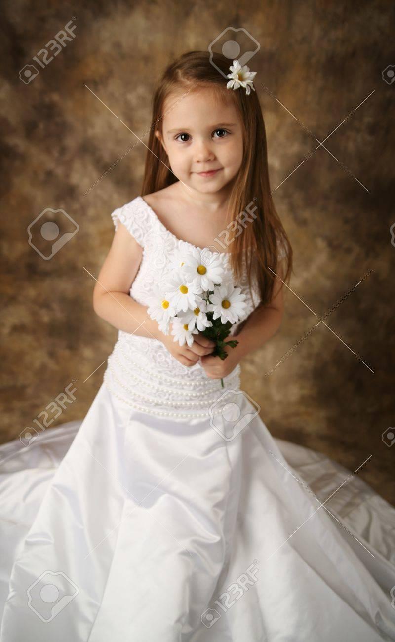 Schönes Junges Weibliches Kind Tragen Ihre Mutter Hochzeit Kleid Ist ...