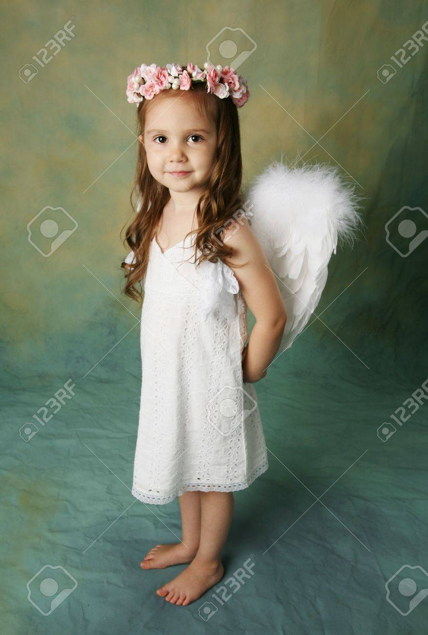 Beautiful young girl wearing angel wings and flower halo with smile happy expression - 8710183