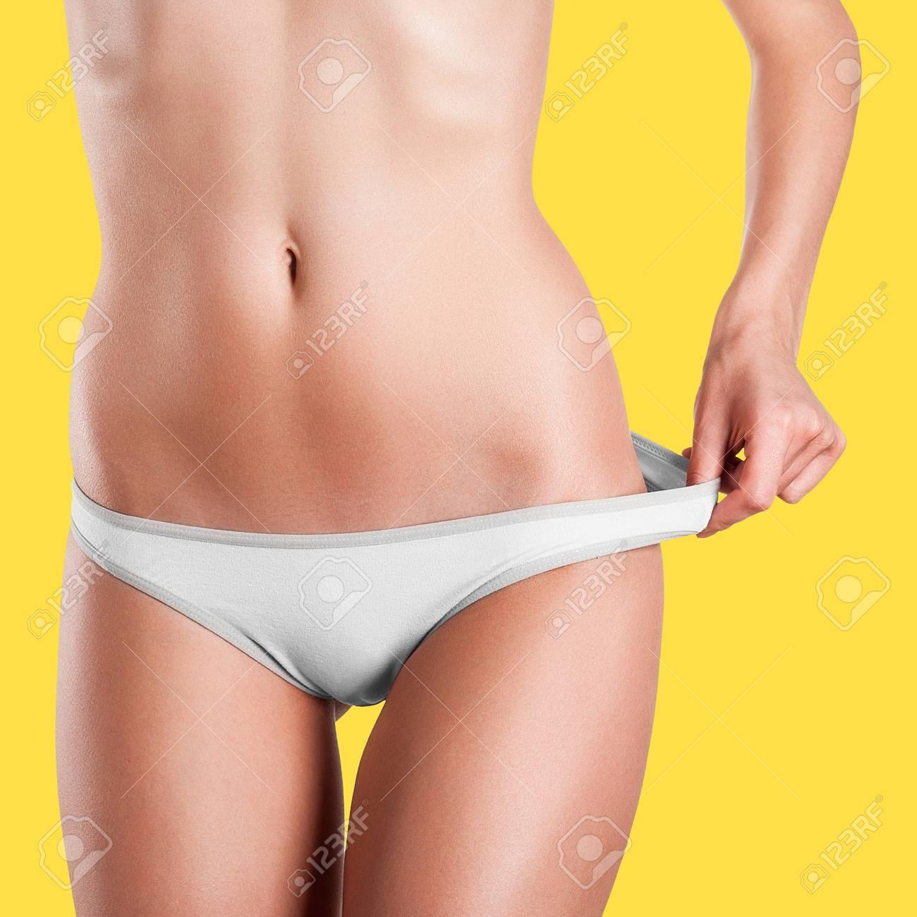 7486ffa096b177 Mädchen in einem schönen Körper zieht weiße Unterwäsche von der Taille  Standard-Bild - 32082604