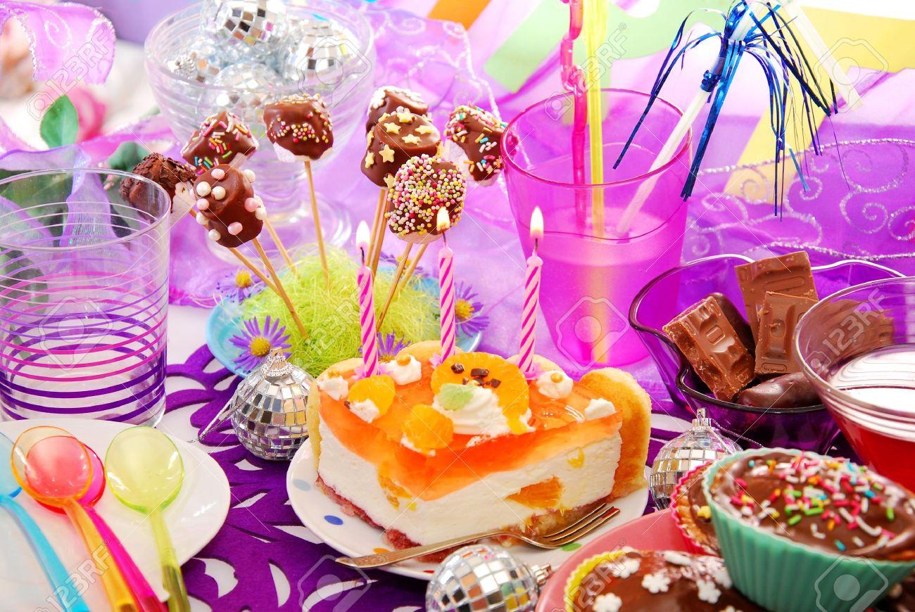 Bunte Dekoration Der Geburtstagstisch Mit Kuchen Und Sussigkeiten Fur