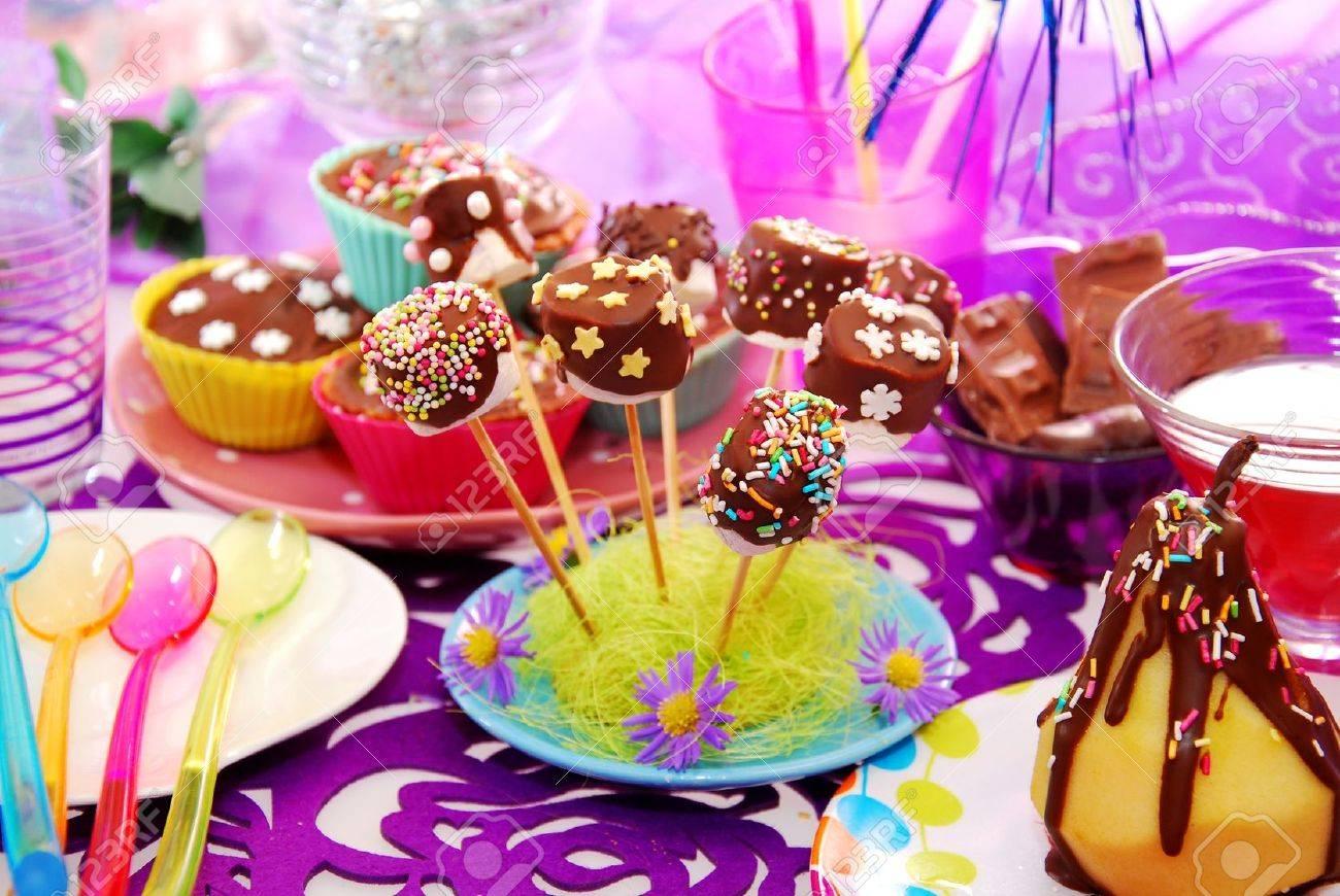 foto de archivo colorida decoracin de mesa de la fiesta de cumpleaos con los dulces hechos en casa para que el nio
