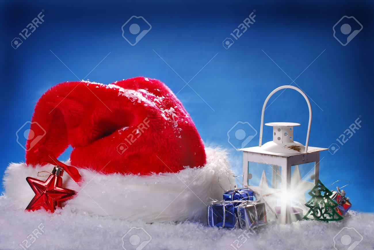 Rote Weihnachtsmütze Und Weihnachts Vintage Laterne Auf Schnee Gegen ...