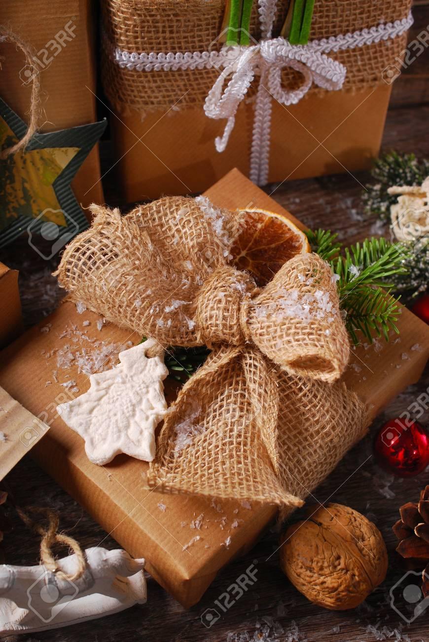 Cadeaux De Noel Enveloppes Dans Du Papier Ecologique Avec Decoration Fait Maison Sur Fond En Bois Banque D Images Et Photos Libres De Droits Image 34558548
