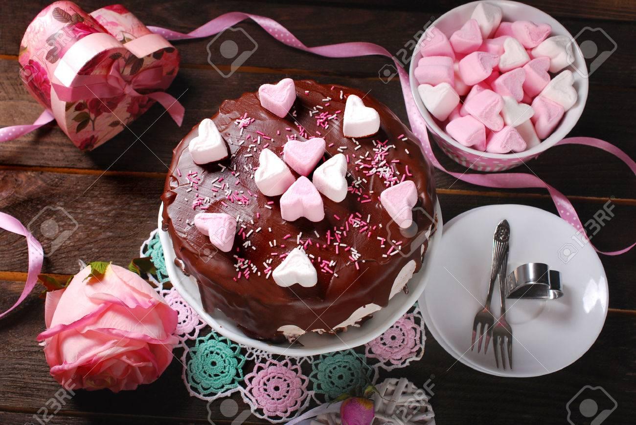 Valentinstag Kuchen Mit Schokoladenglasur Und Herzformige Dekoration