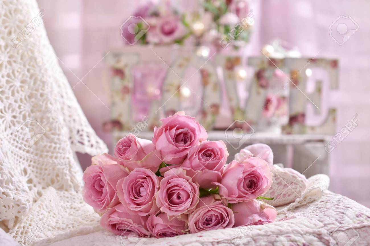 Chambre Style Shabby Romantique romantique rose bouquet de rose allongé sur le lit dans un style shabby  chic intérieur