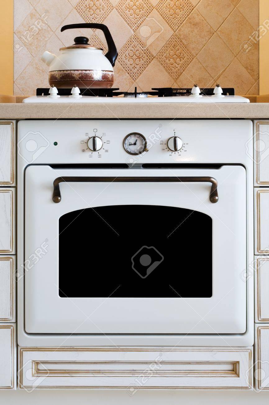 Moderne Wasserkocher wasserkocher und gasherd auf die moderne küche lizenzfreie fotos