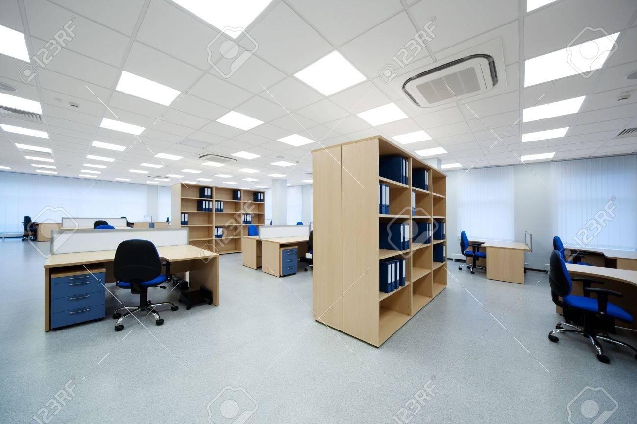 Des bureaux et des bibliothèques dans les bureaux modernes banque