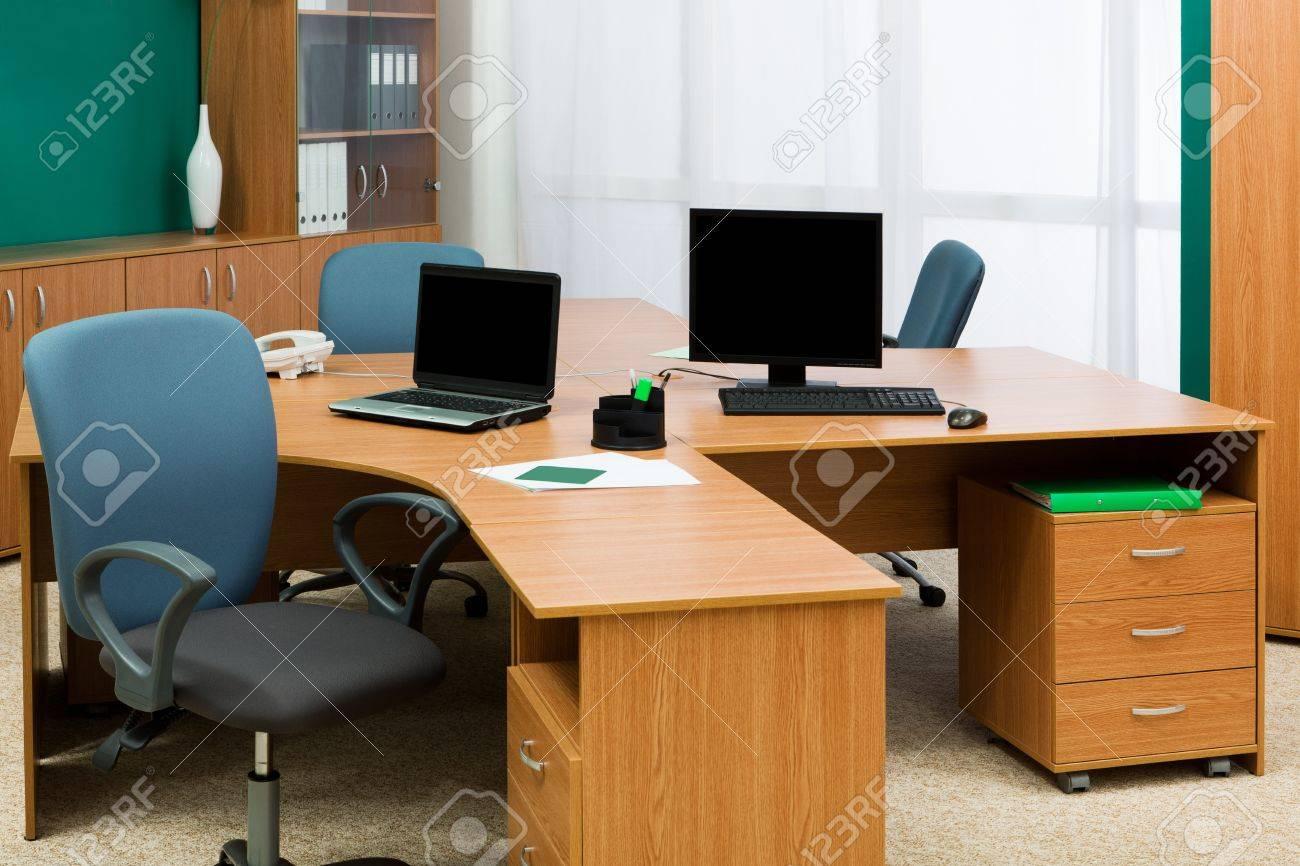 Mostrador De Oficina.Equipo Y Portatil En Un Mostrador De Oficina Fotos Retratos