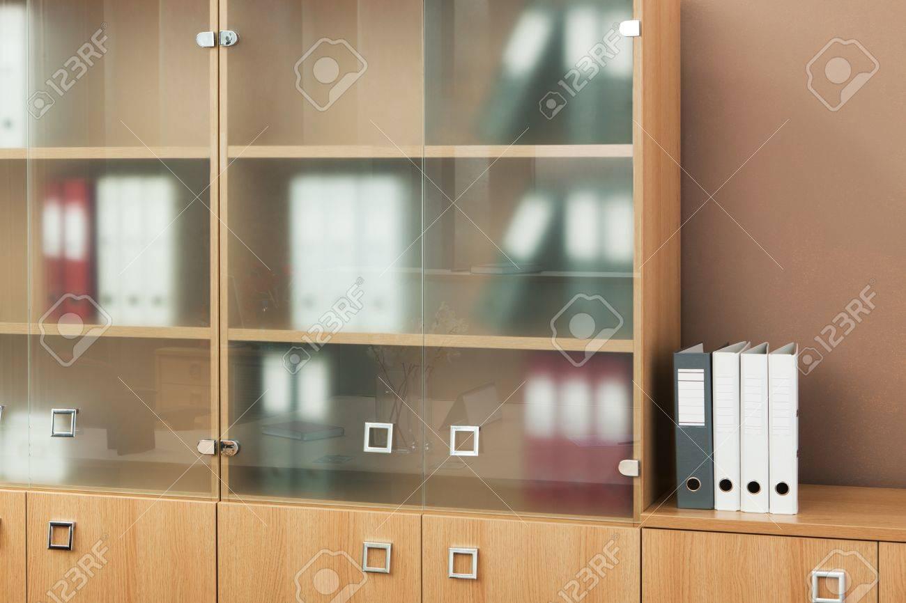 Estanter A Con Puertas De Cristal En Una Oficina Moderna Fotos  ~ Libreria Con Puertas De Cristal