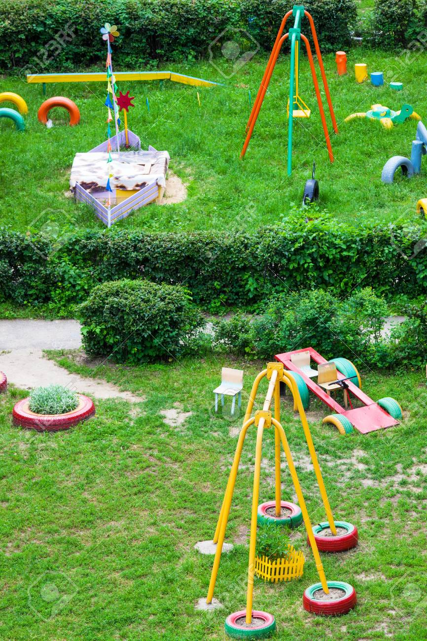 Zona De Juegos Para Niños En El Jardín En Un Día Soleado Fotos ...